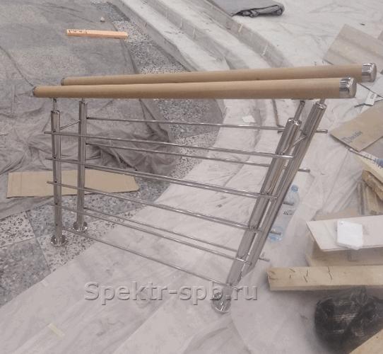 Ограждение на двух стойках из нержавеющей стали с деревянным поручнем