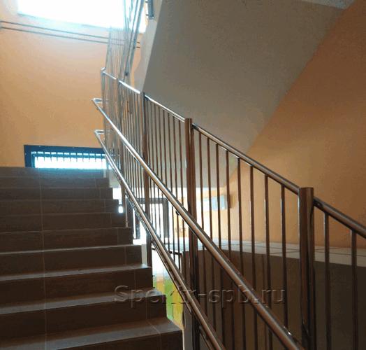 Детские ограждающие конструкции на лестнице