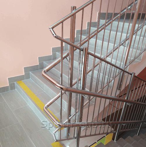 Ограждение лестницы в садике