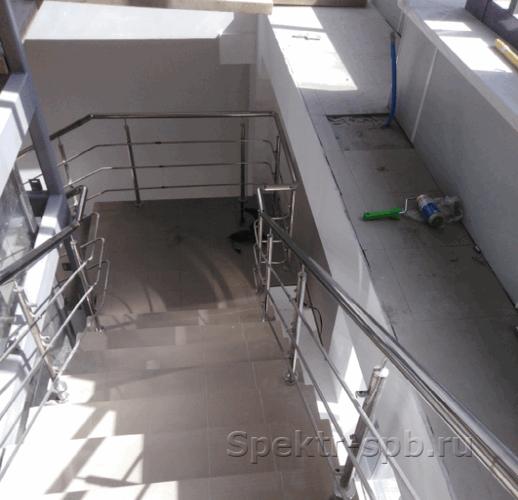 Вид ограждений из нержавеющей стали со второго этажа бизнес-центра