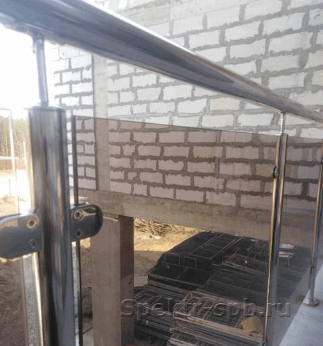 Стекло бронза в ограждении из нержавеющей стали