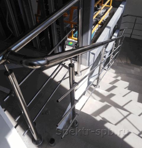 Ограждения на стойках выходят на площадку второго этажа
