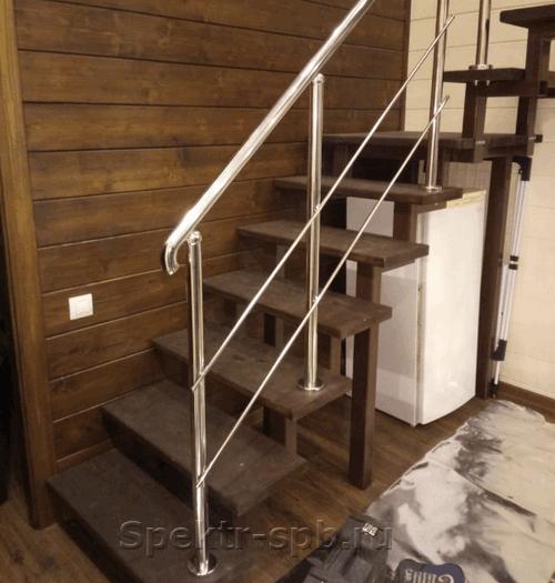 Перила из нержавейки на деревянных ступенях дома