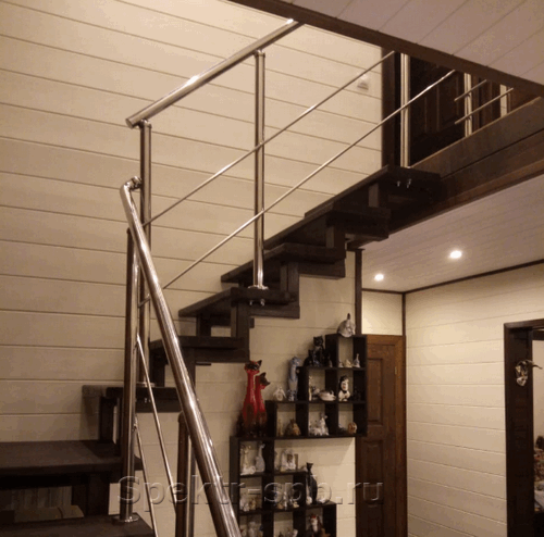 Перила из нержавеющей стали на деревянных ступенях