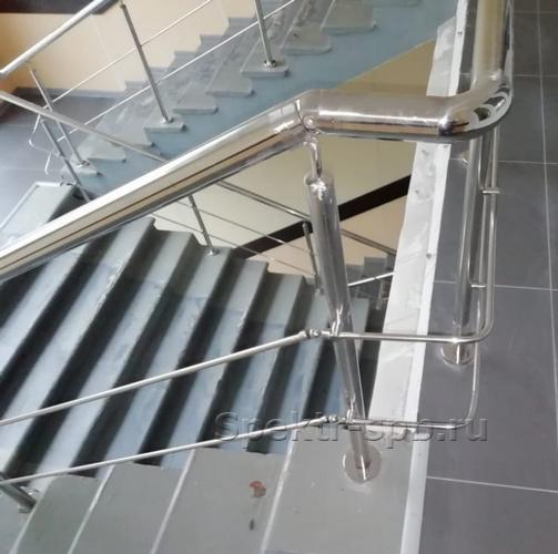Ограждение на лестнице с 2 леерами на держателях