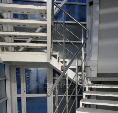 Нержавеющие ограждения с леерами на винтовой лестнице