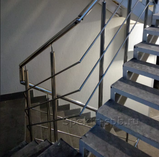 Ограждение с тремя леерами на лестнице с металлическим каркасом